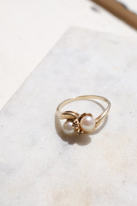 VINTAGE 1940s PEARL AND DIAMOND GOLD RING
