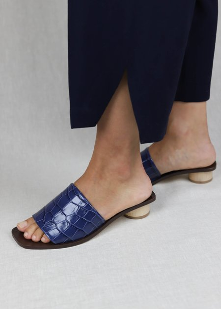 LOQ Nuria Embossed Leather Slides - Azulejo Croc