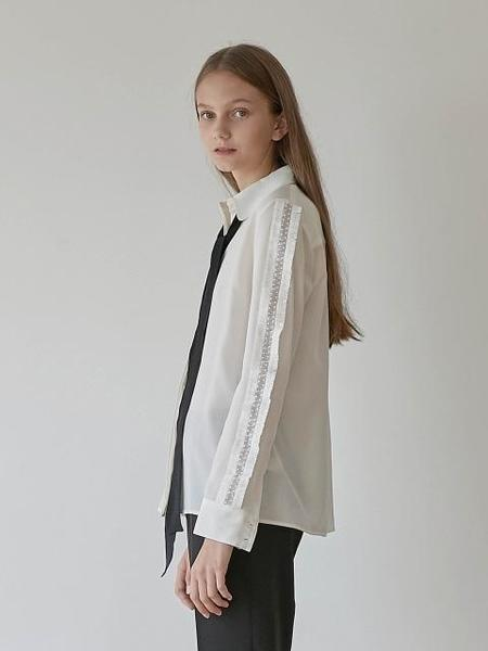 GRE1SCALE Lace Trimmed Silk Blouse - White