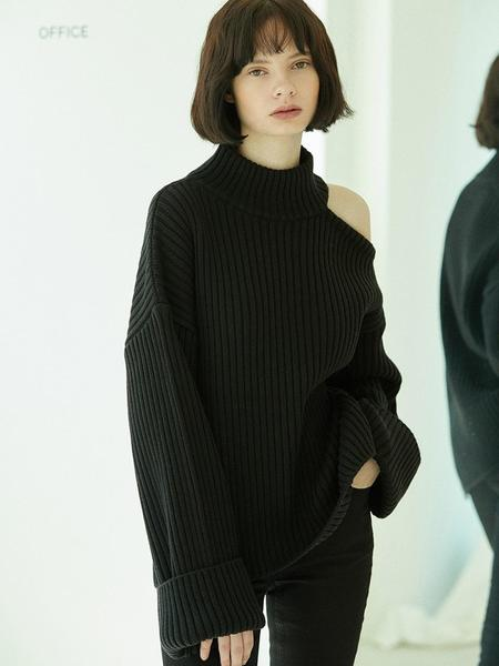 CLUE DE CLARE Shoulder Slit Turtleneck Sweater - Black