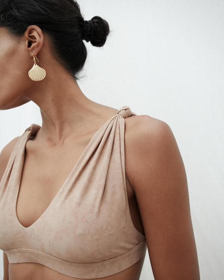 Nanushka BREEZE Bikini top with knotted detail - Cold Taupe