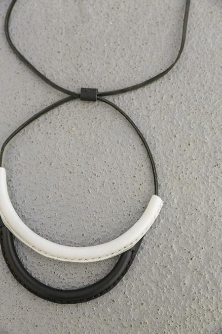 CRESCIONI ARC NECKLACE - BLACK/WHITE