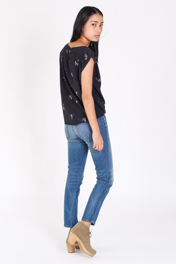No.6 Lillie v-neck top in black country floral