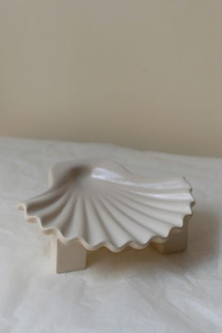 Los Objetos Decorativos Seashell Plate - White