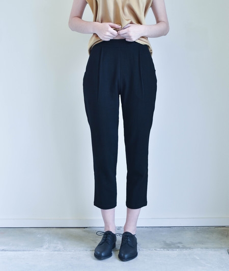 7115 By Szeki Relaxed Tapering Trouser in Black