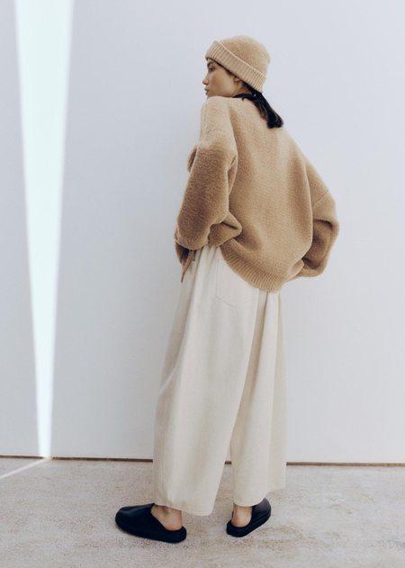 Mónica Cordera Shearling Beanie - Camel