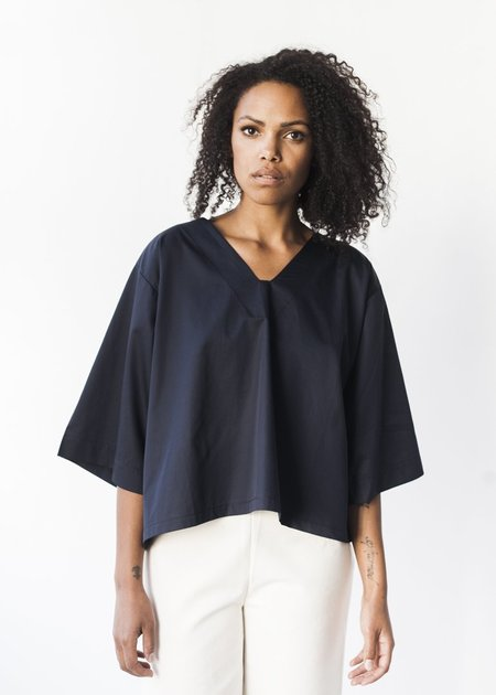 Sunja Link V-Neck Top in Navy